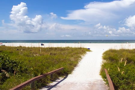 Easy access to St. Petersburg beach, minutes walk