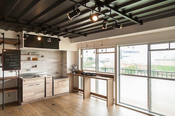 リバーサイドの古いアパートをリノベーション。既存の古さと新しいデザインとの調和を楽しんでください。