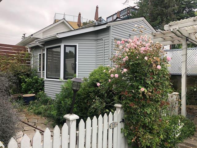 Cozy Backyard Cottage on Green Lake