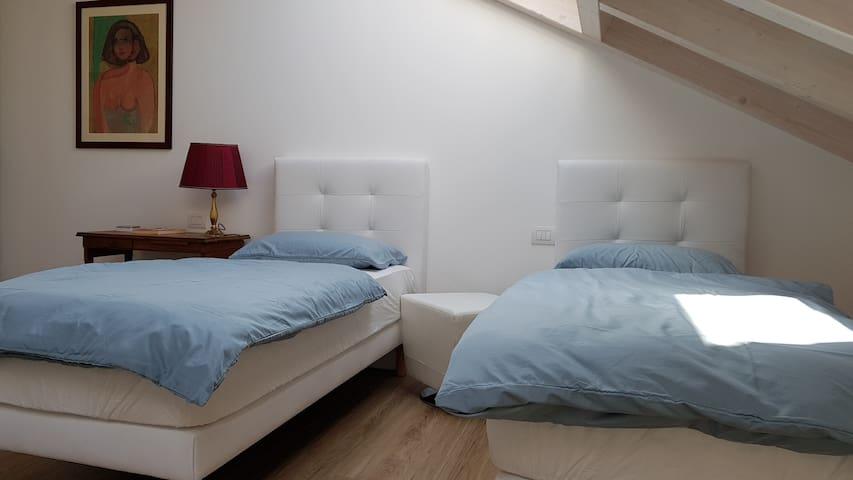 Graziosa stanza / studio con due letti singoli.