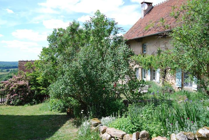 Marcilly-la-Gueurce的民宿