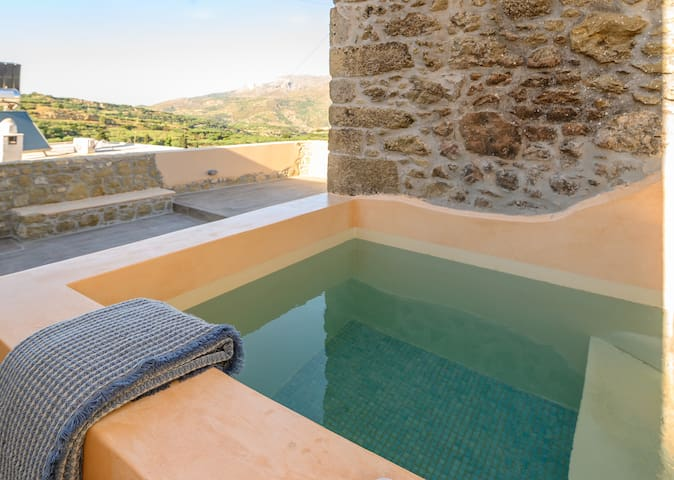 Pera Chorio - Dafni: Artist's stone house with countryside views