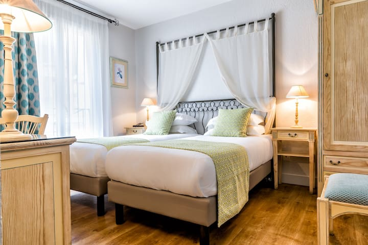 Elegant room with separate beds and free breakfast next to the Champs-Elysées