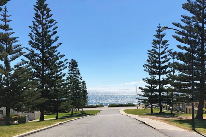 A Slice of Paradise - 2 minutes walk to beach - a scenic remote office or holiday retreat