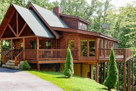 Private Gatlinburg Log Cabin-Smoky Mountain Views!