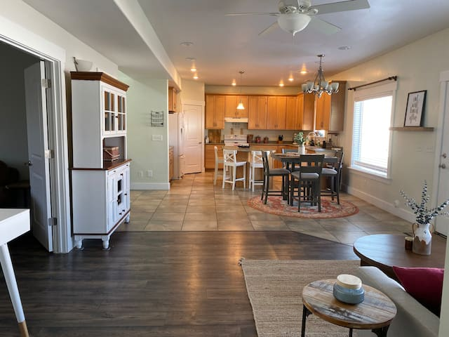 Bright & Beautiful, Downtown, 3BR