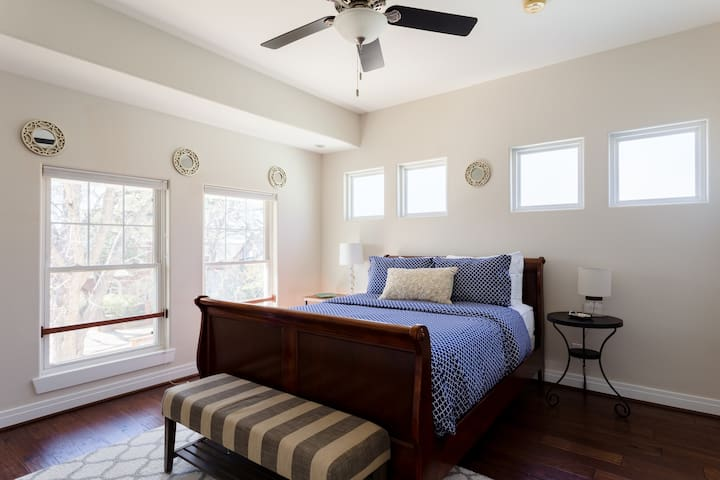 The Brady Carriage House - Quiet Downtown Retreat!
