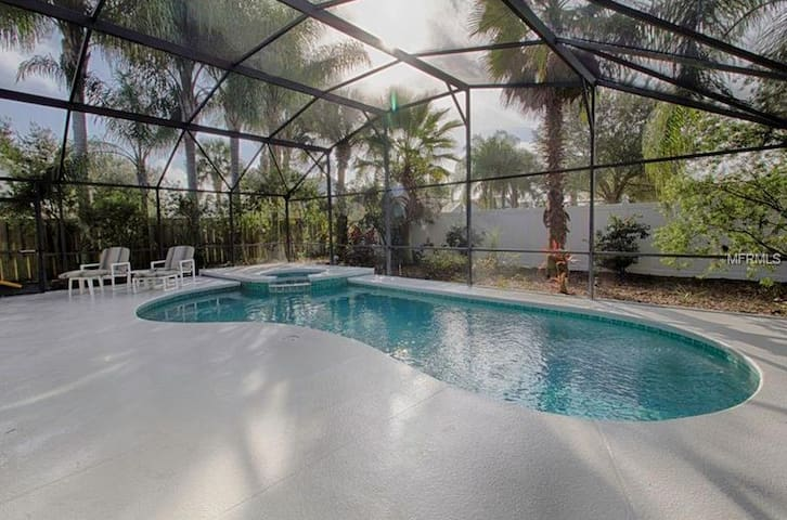 Newly Updated Tropical Villa 3.5 miles from Disney