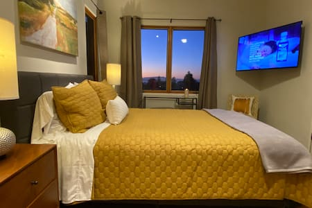 Sunset Spa Suite w/private patio, views & parking