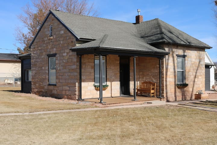 Rock Cottage - unique pioneer home sleeps 8+