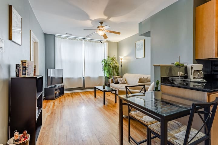 Entire Top-Floor 2bd/1ba Condo in Wicker Park