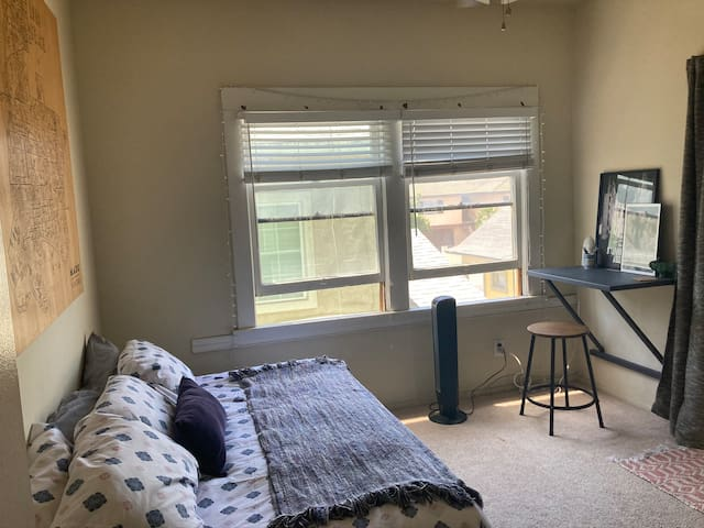Bright Private Room in Downtown LB - Walkscore 91