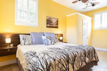➢ 30 Seconds to the Beach - Private Guest House! ☼