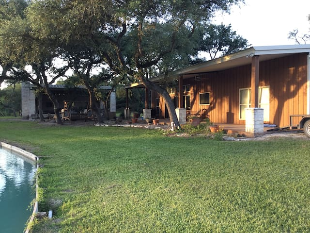 Charming Guest Lodge & 3 cabins with private lake