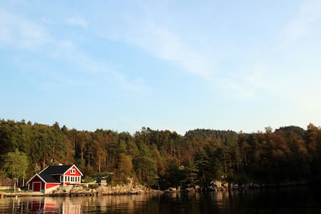 Cottage with jacuzzi and boat by the fjord