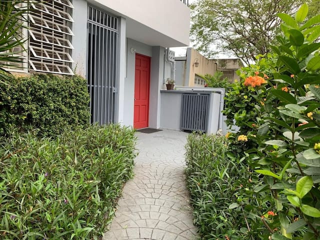 Red Door Apt. Pet friendly/Wifi/CableTV/AC/Parking