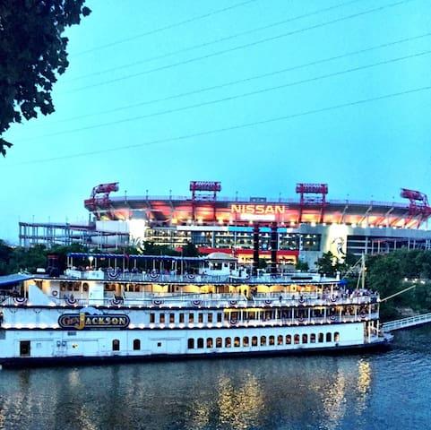 Travelin' Light Guide to Nashville