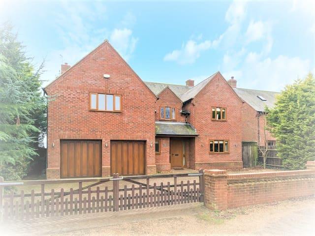 Luxury cottage, 6 large bedrooms, sky sports/BT TV