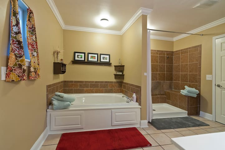 Hideaway w/ Hot Tub and indoor Jacuzzi