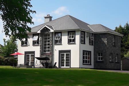 3 Priory Grove, Muckross Road, Large en suite