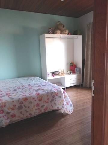 Suite com cama de casal - c/ garagem