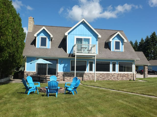 The Life Aquatic - LAKEFRONT, LARGE, AND GORGEOUS!