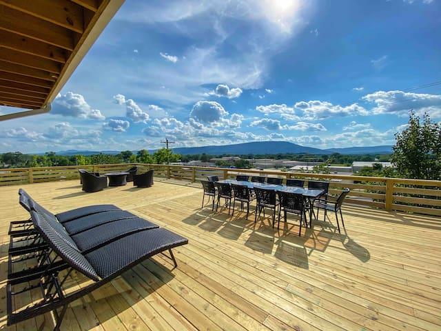 Charming home w/ fitness pool & beautiful views