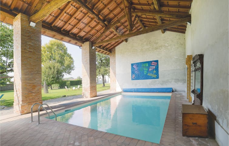 Holiday cottage with 1 room on 102m² in Cornovecchio (LO)