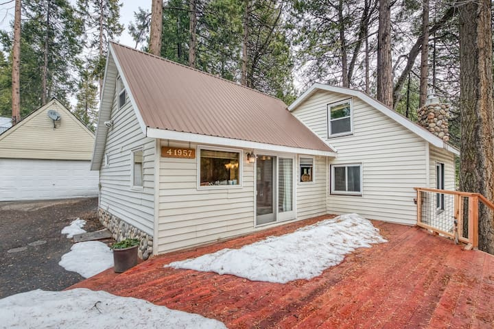 Adorable Shaver Village cabin w/private deck & fire-pit - close to Shaver Lake!