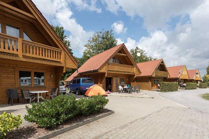 Skandinavisches Blockhaus am See (1)