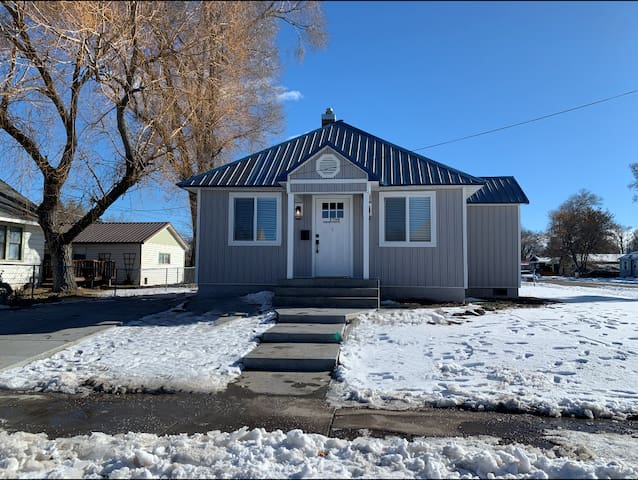 Cozy, Dog Friendly, Newly Remodeled Home!