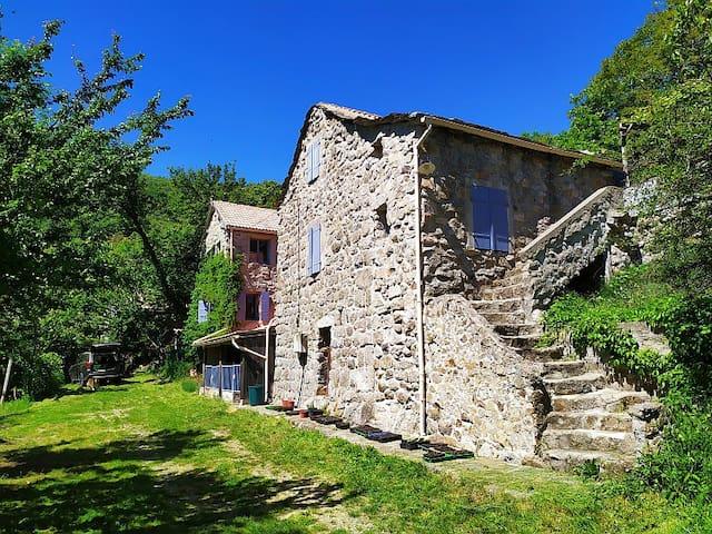 Malarce-sur-la-Thines的民宿