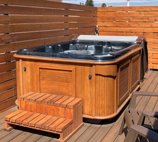 Hot Tub/Modern Suite Downtown