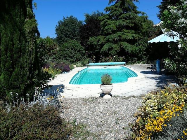 Castelnau-de-Guers的民宿