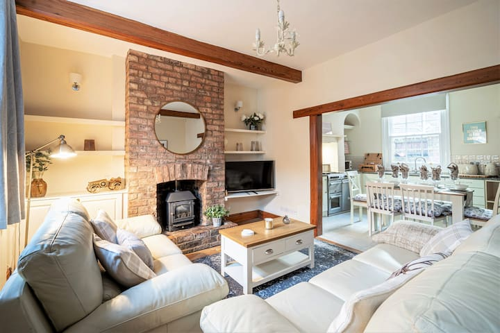 *NEW 2020* Cute Cottage Heart of the City Sleeps 6