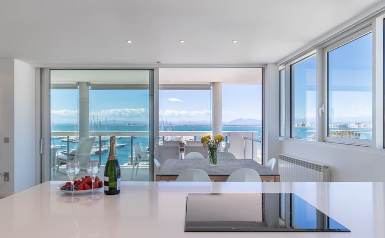 Luxurious apt in the port of Roses with parking.