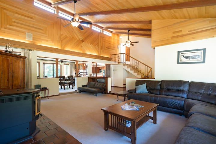Large Home, Luxury HotTub, Custom Vaulted Ceilings