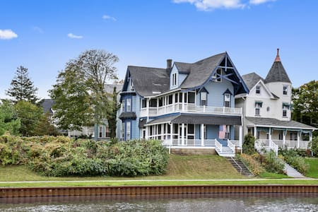 ★ Beautiful Lakefront Victorian ★ Private Balcony