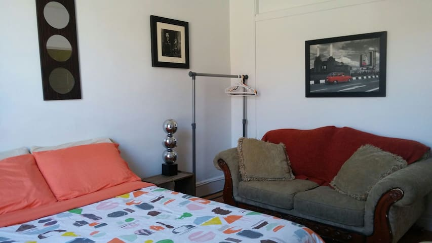 Mtl private room for travelers. Cozy & friendly.