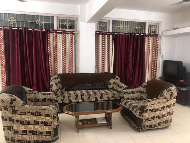 Comfortable spacious 3 bedroom   living with WI-FI