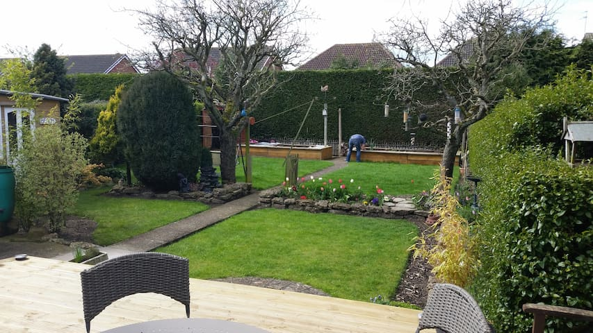 Relaxing garden. Close to amenities & transport.