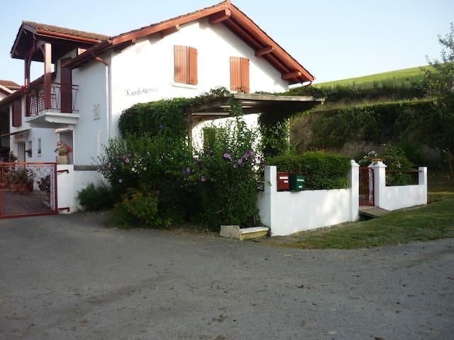 Beyrie-sur-Joyeuse的民宿