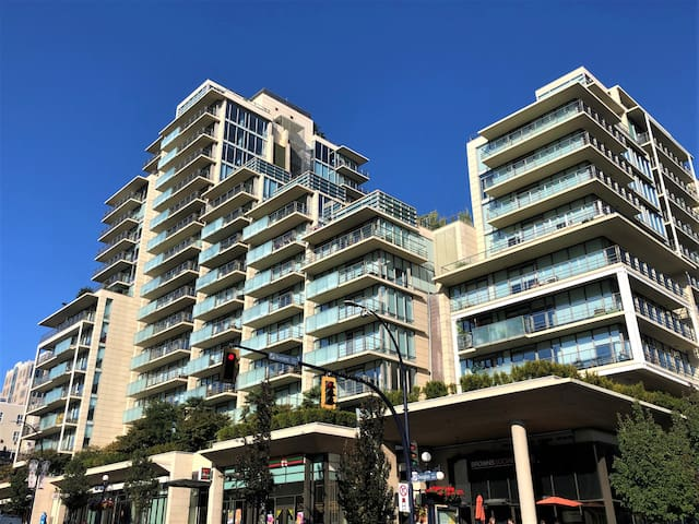 Luxury 2 Bed 2 Bath in heart of downtown Victoria