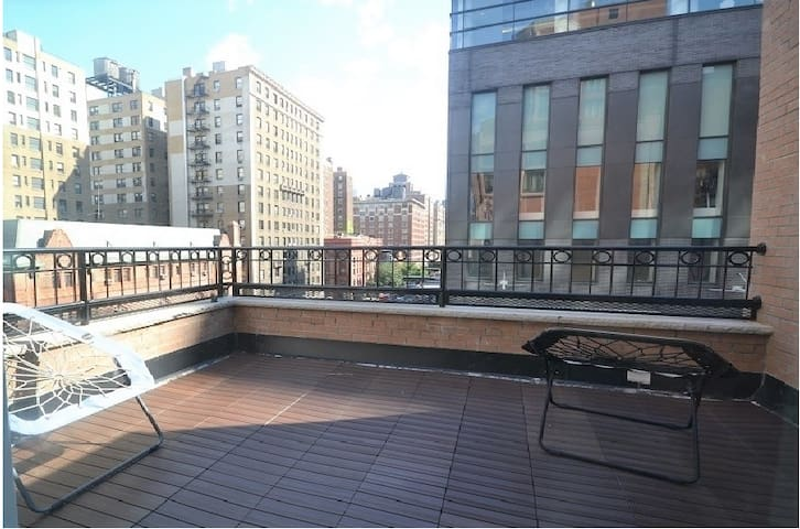 Spacious room w/Private Roof Deck in Shared Apt