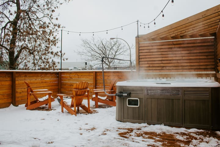 Hot tub & fire pit - private parking - brand new