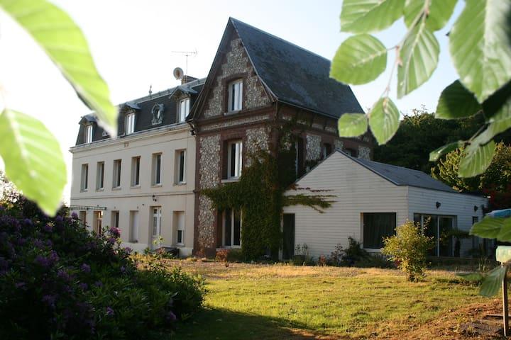 Saint-Laurent-de-Brèvedent的民宿