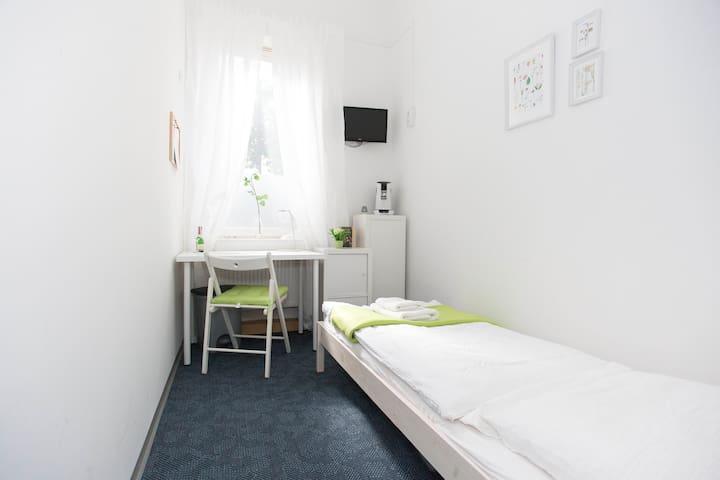 """Möbl. Zimmer """"Wien"""": ruhig & 200m zur U-Bahn"""
