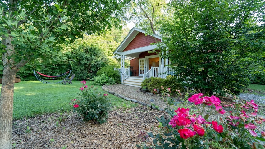Deluxe Downtown Red Cottage Sleeps 5 Brevard