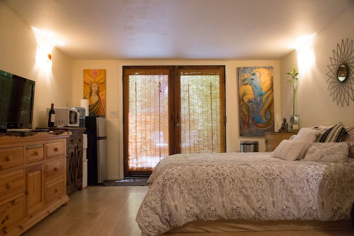 Private Guest House in Studio City with Courtyard