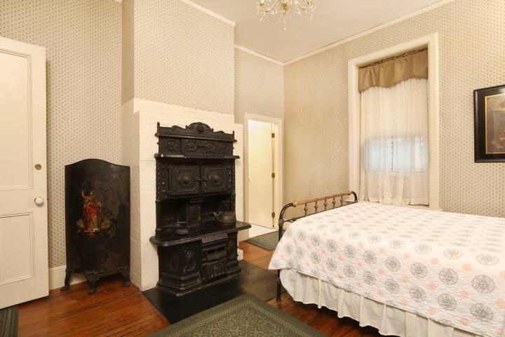 Beautiful & Unique Room in Historic District
